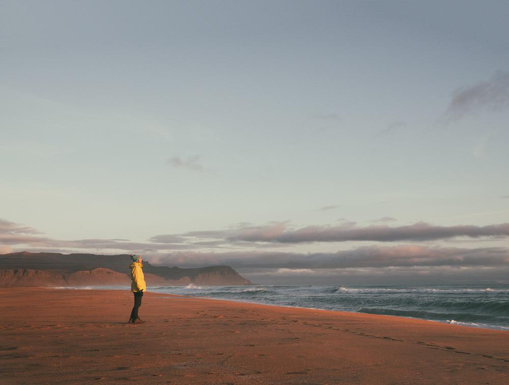 Islandia ciekawe miejsca czerwona plaza Fiordy Zachodnie