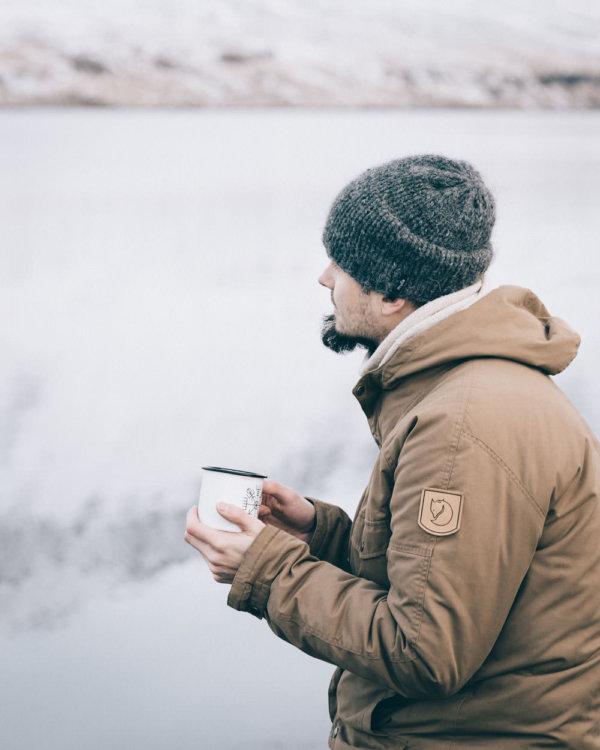 Adam nad fiordem w Seydisfjordur, Islandia