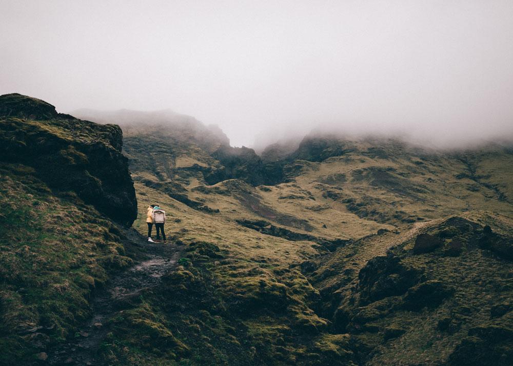 Para patrzy na góry w okolicach basenu Seljavallalaug, Islandia