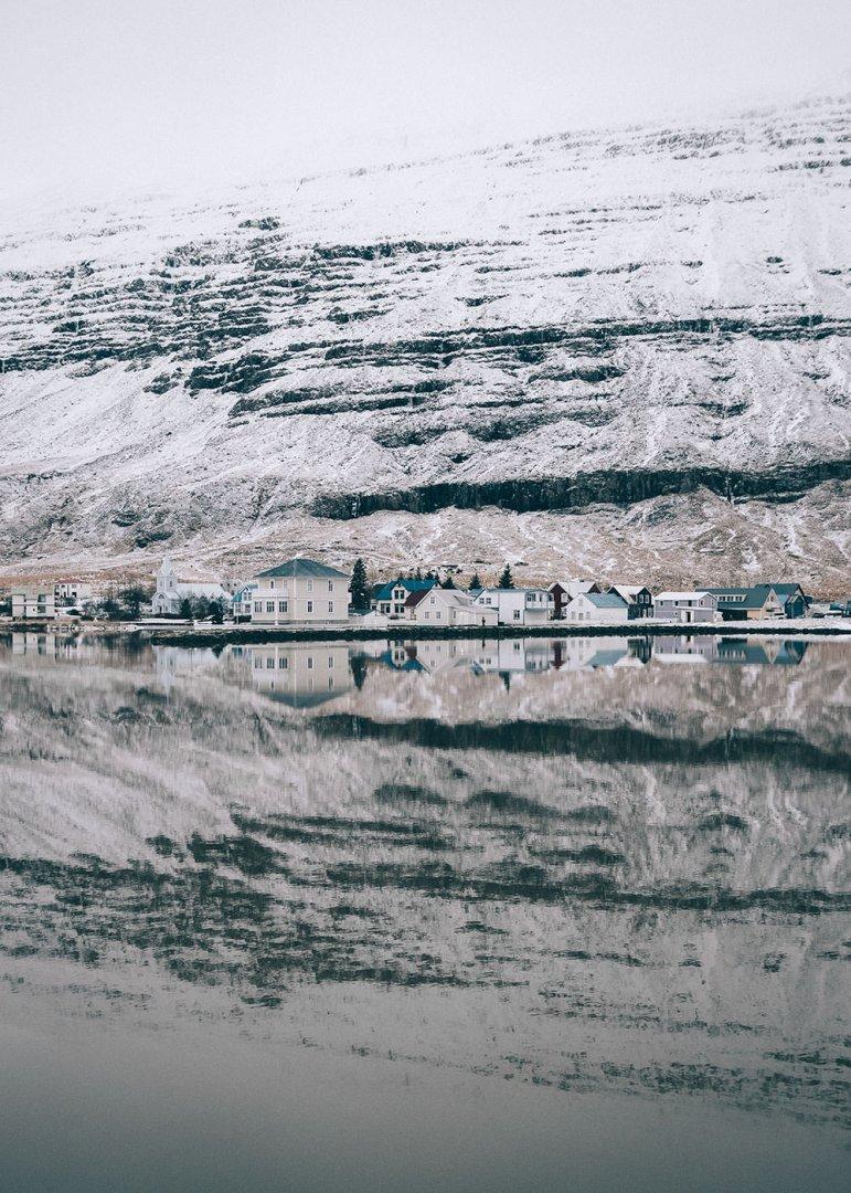 Zimowa panorama miasteczka Seydisfjordur