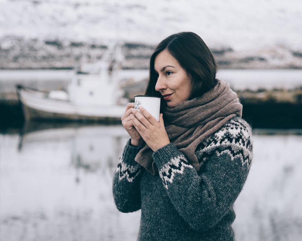 Marta z kubkiem kawy w Seydisfjordur, Islandia