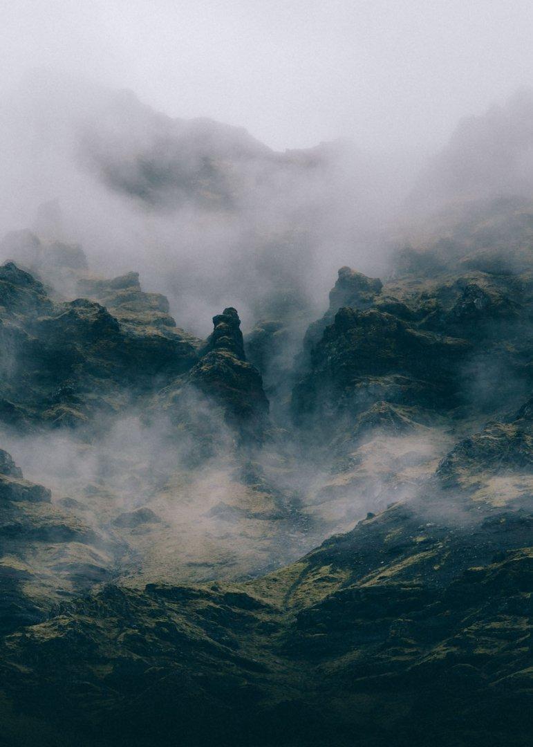 Widok na góry we mgle z basenu Seljavallalaug, Islandia
