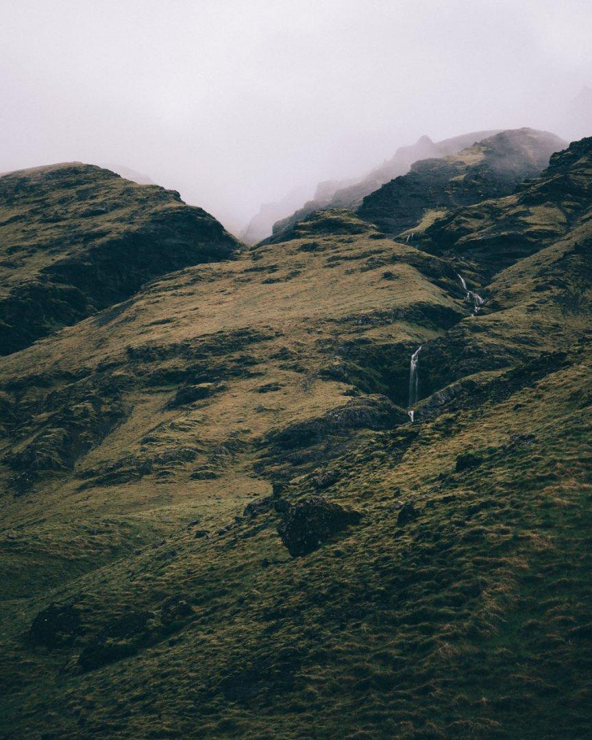 Islandia: widok na góry z basenu Seljavallalaug