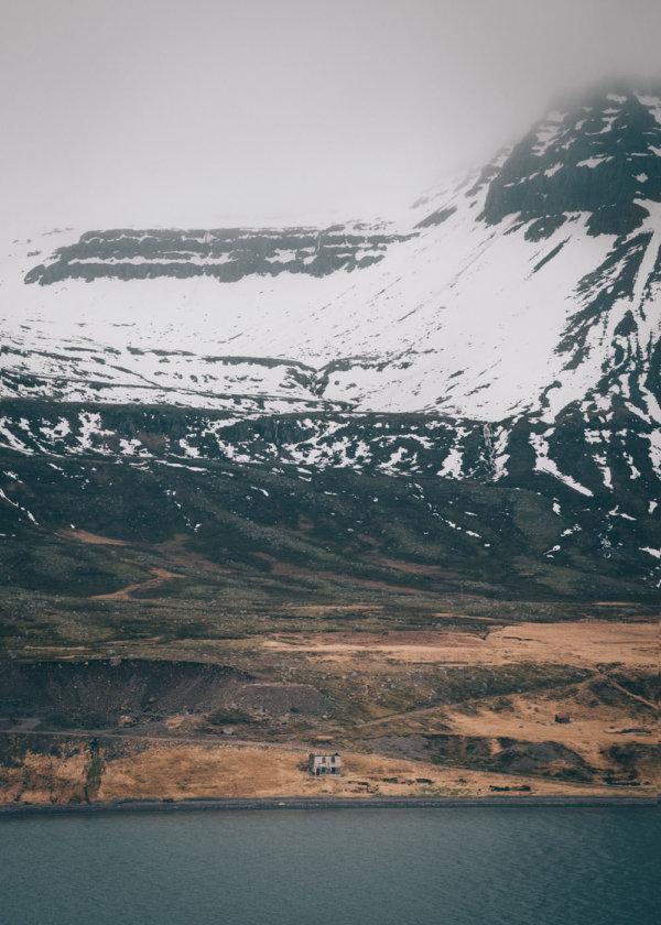 Widok z promu na fiord Seydisfjordur, Islandia