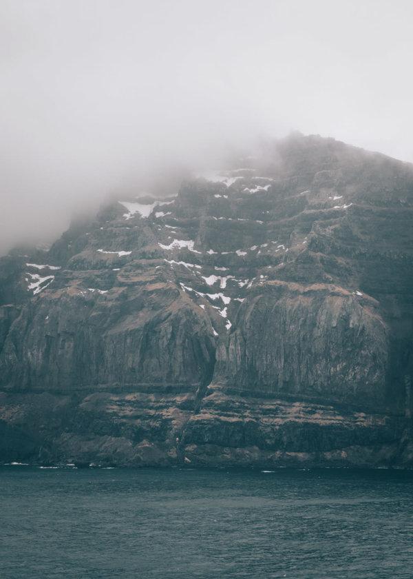 Fiord Seydisfjordur we mgle, Islandia
