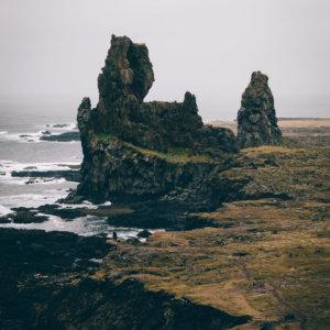 Plakat skandynawski na ścianę do salonu w stylu skandynawskim przedstawiający islandzkie formacje skalne Londrangar. Do wyboru: plakat 50x70 i plakat 30x40. Zobacz nasze skandynawskie plakaty do salonu!