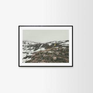 Plakat skandynawski na ścianę do salonu przedstawiający góry w okolicy Mjoifjordur. Dwa formaty do wyboru: plakat 50x70 i plakat 30x40, plakat do antyramy.