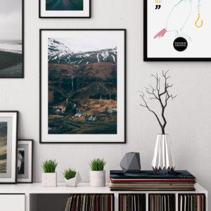 Plakat skandynawski na ścianę do salonu przedstawiający islandzkie miasteczko Seydisfjordur.
