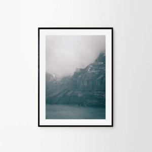 Plakat w stylu skandynawskim na ścianę do salonu przedstawiający islandzki fiord. Dostępne formaty: plakat 50x70 i plakat 30x40. Dekoracje ścienne w stylu skandynawskim.