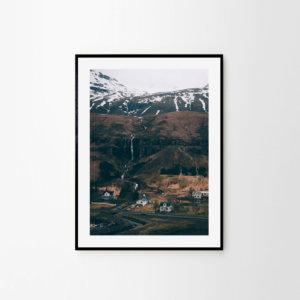 Plakat skandynawski na ścianę do salonu przedstawiający islandzkie miasteczko Seydisfjordur. Wymiary: plakat 50x70 i plakat 30x40, plakat do antyramy.