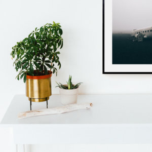 Plakat na ścianę do salonu w stylu skandynawskim przedstawiający wrak samolotu na islandzkiej czarnej plaży. Do wyboru: plakat 50x70 i plakat 30x40. Zobacz nasze skandynawskie plakaty na ścianę!