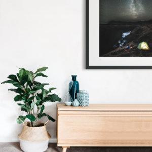 Plakat skandynawski na ścianę do salonu w stylu skandynawskim przedstawiający noc w namiocie nad wodospadem, z widokiem na drogę mleczną. Do wyboru: plakat 50x70 i plakat 30x40. Zobacz nasze skandynawskie plakaty do salonu!