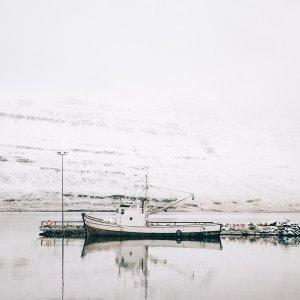 Plakat skandynawski na ścianę przedstawiający stary drewniany islandzki kuter rybacki. Do wyboru: plakat 50x70 i plakat 30x40. Zobacz nasze skandynawskie dekoracje na ścianę. Odwiedź nasz skandynawski sklep internetowy z plakatami.