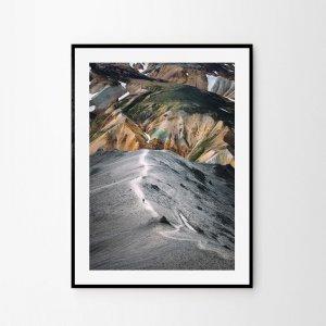 Plakat skandynawski na ścianę do salonu w stylu skandynawskim przedstawiający islandzkie kolorowe góry Landmannalaugar. Do wyboru: plakat 50x70 i plakat 30x40. Zobacz nasze skandynawskie plakaty do salonu!