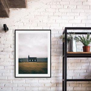 Plakat skandynawski na ścianę do salonu w stylu skandynawskim przedstawiający islandzki czarny kościół Budir. Do wyboru: plakat 50x70 i plakat 30x40. Zobacz nasze skandynawskie dekoracje na ścianę! Odwiedź nasz internetowy sklep z plakatami.