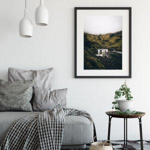 Plakat na ścianę do salonu w stylu skandynawskim przedstawiający opuszczony islandzki basen Seljavallalaug. Do wyboru: plakat 50x70 i plakat 30x40. Zobacz nasze skandynawskie plakaty na ścianę!
